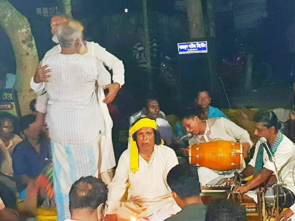 ঘিওরে ব্যবসায়ীদের উদ্যোগে বাউল গান ও তবারক বিতরণ